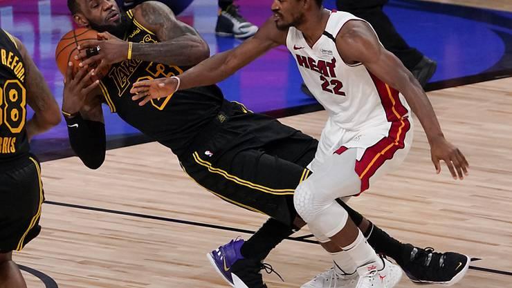 Die beiden überragenden Akteure der Partie: Jimmy Butler (rechts) und LeBron James, der sich den Ball schnappt.