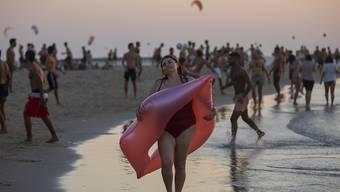 ARCHIV - Der Strand darf in Israel im Zuge der Lockerungen wieder besucht werden. Foto: Oded Balilty/AP/dpa