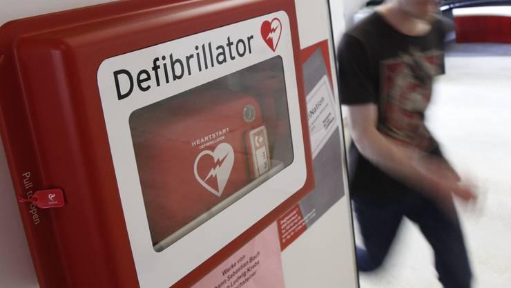 Die Feuerwehr-Kommission beantragte dem Gemeinderat die Neuanschaffung eines Defibrillators zum Preise von 3542 Franken. (Symbolbild)