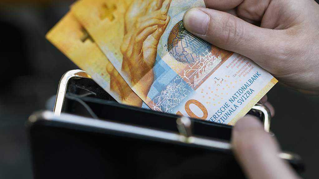 Die Arbeitnehmenden in der Schweiz haben im vergangenen Jahr unter Berücksichtung der Teuerung erstmals seit langem wieder mehr Geld im Portemonnaie gehabt. Die Reallöhne sind um 0,5 Prozent angestiegen.(Symbolbild)