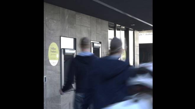 Vor der Aescher Kantonalbank brach ein 15-Jähriger zusammen. Foto: Nicole Nars