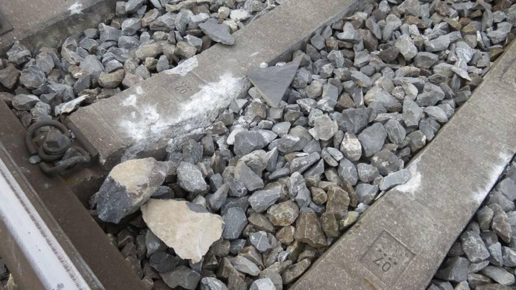 Der Stein verursachte bei der Durchfahrt eines Zuges an der Lokomotive und am Gleis grösseren Sachschaden.
