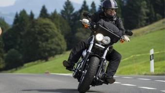 Der Motorradfahrer verlor in einer Linkskurve die Kontrolle über den Töff und prallte in eine Leitplanke. (Symbolbild)