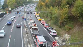 Damit die Verletzten und die verunfallten Fahrzeuge geborgen werden konnten, wurde der Autobahntunnel für mehrere Stunden gesperrt.
