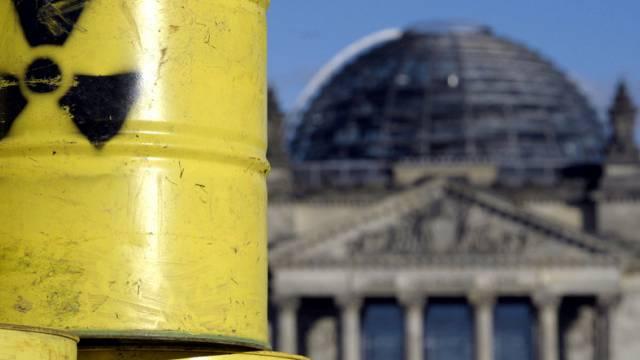 Fässer mit dem Symbol für Radioaktivität in Berlin (Symbolbild)