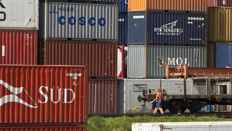 Container im Hafen Kleinhüningen in Basel. Sowohl Exporte wie Importe wuchsen im November kräftig. (Archiv)