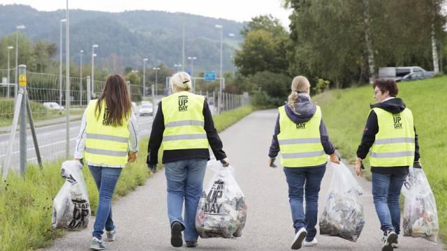 Eine Gruppe von Freiwilligen räumt auf (IGSU/Mischa Christen)