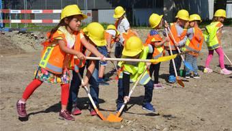 Enthusiastisch am Werk: Kinder beim Spatenstich für den neuen Dreifachkindergarten in Dottikon. Bild: Fabio Vonarburg