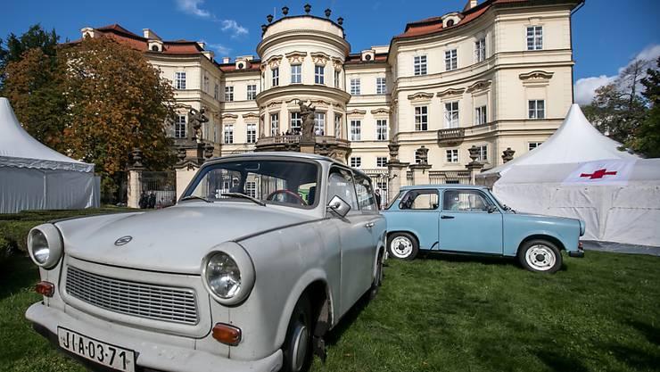 Mit dem DDR-Trabi in den gepflegten Park der deutschen Botschaft in Prag zu fahren, war 1989 natürlich nicht möglich. Damals war das Palais Lobkowitz auch nur die Botschaft der BRD.