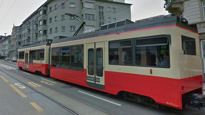 Beim Überqueren der Forchstrasse geriet ein 58-jähriger Passant unter die Forchbahn.