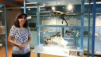 Andrea Oettl vor der Vitrine des «Notatesseraeraptor frickensis» – einem Raubsaurier. Bild: Nina Witwicki