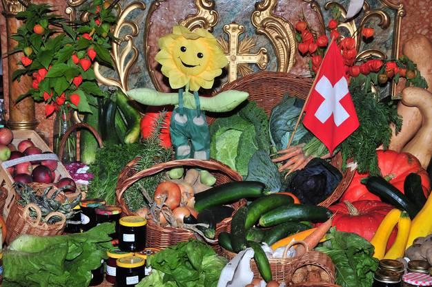 Der reich geschmückte Altar in der Kapelle Freienwil. Die gespendeten Naturalien gehen an das AWZ Kleindöttingen.