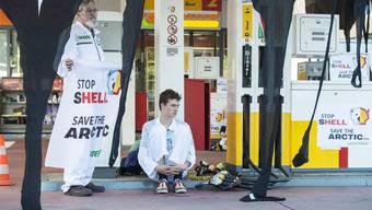 Aus Protest gegen Bohrnpläne: Greenpeace blockiert alle Shell-Tankstellen