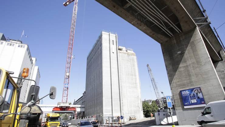 Die Swissmill in Zürich wird auf eine Höhe von 118 Metern aufgestockt, während der Betrieb weiterläuft.