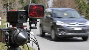 In Bottmingen werden Schnellfahrer nun von einer privaten Firma geblitzt. (Symbolbild)