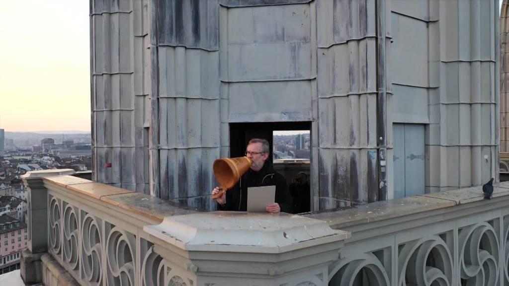 Segen vom Kirchturm: Pfarrer spricht Gebet durch Schalltrichter