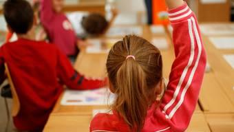 Primarschüler einer ersten Klasse am allerersten Schultag im Schulhaus Aemtler in Zürich. 21/08/2006 (models released für redaktionelle Zwecke)