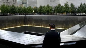 Ein Mitglied der US-Armee steht beim 9/11-Memorial in New York City, wo bis zum Anschlag die Türme des World Trade Center standen
