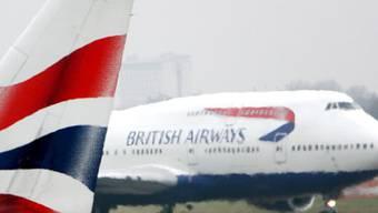 Ein Airbus von British Airways und ein privates Motorflugzeug sind sich beim Flughafen Zürich gefährlich nahe gekommen. (Symbolbild)