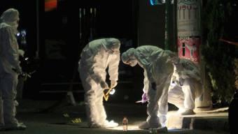 Spezialisten untersuchen den Tatort