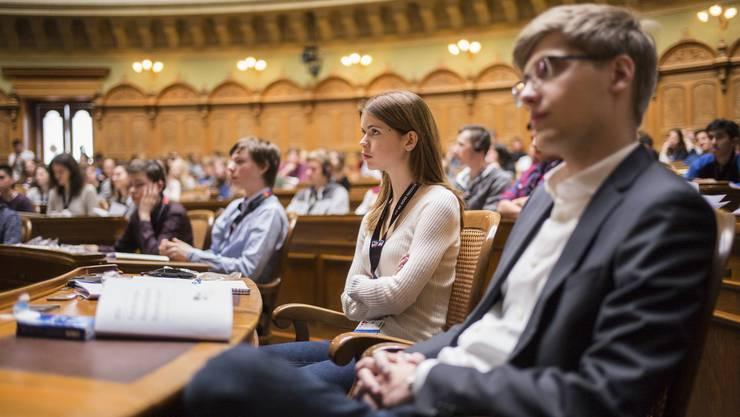 Teilnehmende am Eröffnungsplenum der Eidgenössischen Jugendsession 2016 im Bundeshaus in Bern.