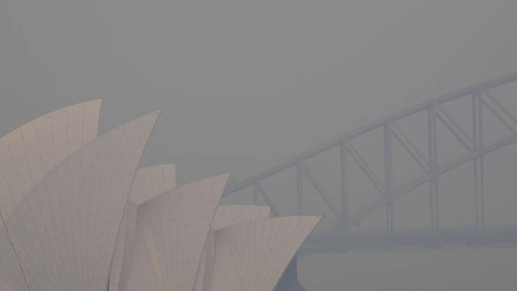 Die Millionen-Metropole Sydney an der Ostküste Australiens war am Donnerstag in Rauchwolken gehüllt. Inzwischen reichen die Flammen bis auf 100 Kilometer an Sydney heran.