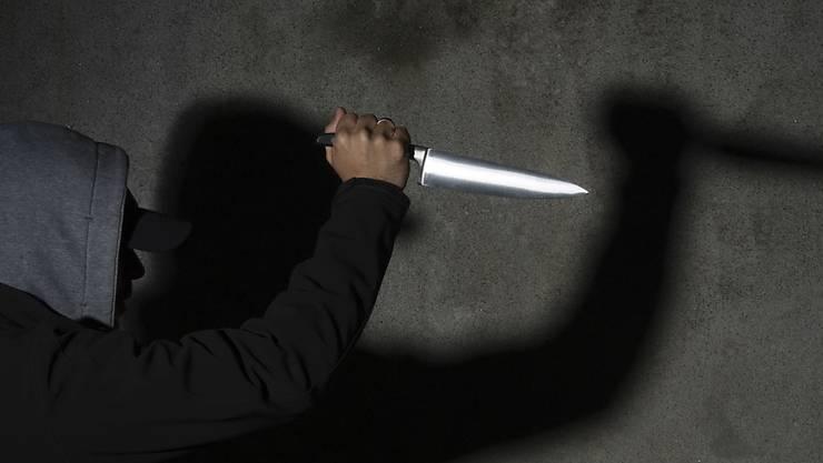 Ein Mann wurde auf der Bahnhofstrasse mit einem Messer verletzt. (SYMBOLBILD)