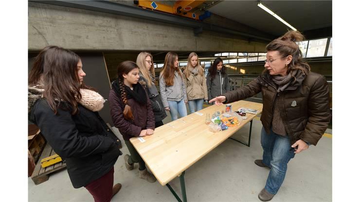 Schüler ordnen Abfall nach dessen Verfauldauer