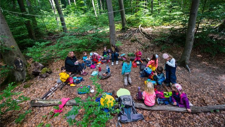 Kindergartenzimmer und Pausenplatz im Freien: Dietikon will einen Waldkindergarten schaffen. Themenbild: Keystone (Wiesbaden, 25. August 2018)