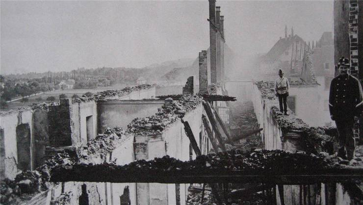 Feuerwehrleute auf der Ruine nach der verheerenden Feuersbrunst beim Kloster Muri im Jahr 1889. Insgesamt sind damals 43 Feuerwehren ausgerückt, um Schlimmeres zu verhindern.