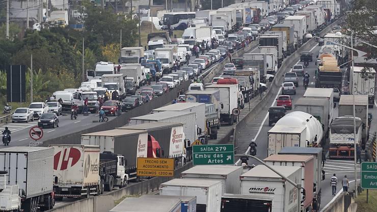 Vor der brasilianischen Metropole Sao Paulo demonstrieren Lastwagenfahrer gegen hohe Dieselpreise und blockieren Versorgungsrouten.