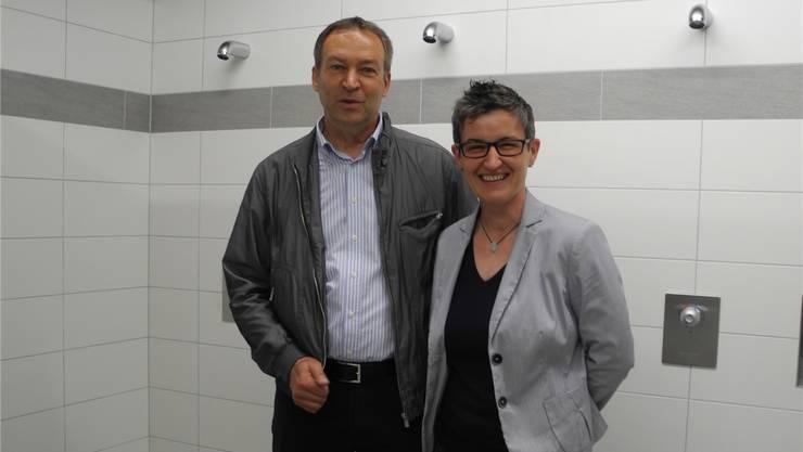 Gemeindeammann Hermann Knecht und Vizeammann Franziska Moser präsentieren stolz die neue Haustechnik in den Duschräumen.