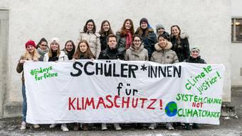 Auch in Solothurn demonstrieren am Freitag Schüler mit einem Streik für einen wirksamen Klimaschutz. Hier ein Bild aus Wettingen AG. (Archiv)