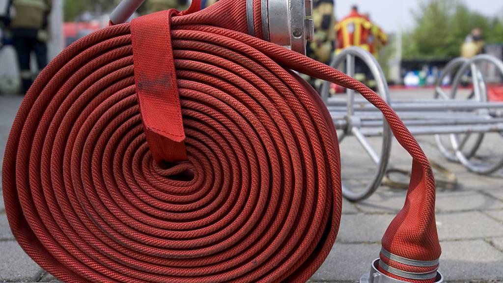 Die Feuerwehr hat zu einem Brand in einem Produktionsbetrieb in Reichenburg SZ ausrücken müssen. (Symbolbild)