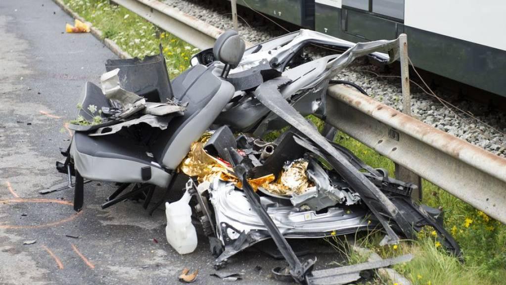 Es war einer der schlimmsten Zugunfälle der letzten Jahre: Auf einem unbewachten Bahnübergang in Wolfenschiessen NW zermalmte ein Zug der Zentralbahn einen Kleinbus, drei Personen starben. Seit alle Bahnübergänge saniert sind, ist die Zahl der Zugsunfälle um ein Drittel zurückgegangen. (Archivbild)