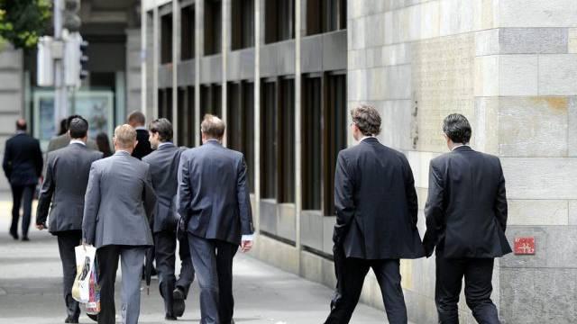 Banker vor dem Hauptsitz der UBS am Zürcher Paradeplatz