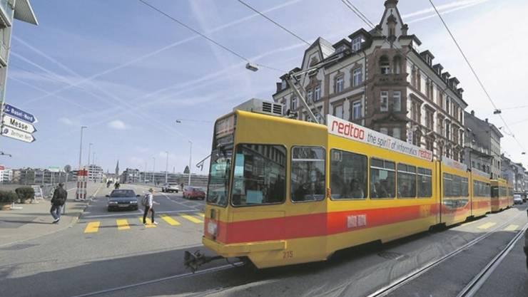 Die St. Johanns-Vorstadt ist ein Engpass in Basel - und hier blockieren Autos regelmässig das Tram.