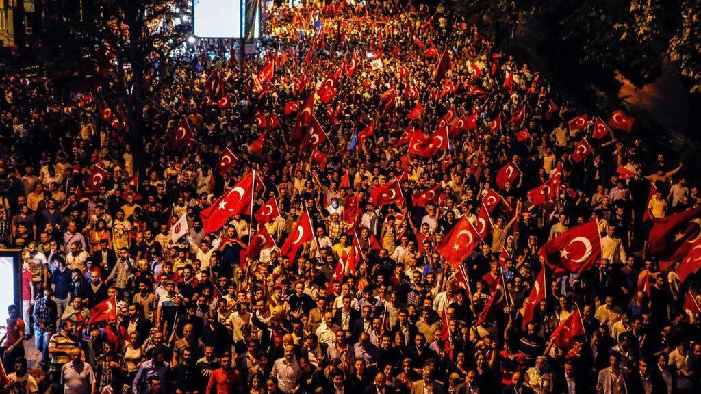 Tausende Menschen haben am Dienstag Abend in Istanbul gegen die Gewalt der Kurden demonstriert.  (Depo Photos via AP )