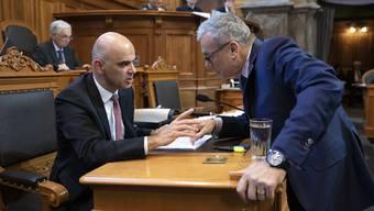 Ernste Diskussion: FDP-Ständerat Ruedi Noser (r.) hat mit seinen Anträgen die Ausbaupläne von Sozialminister Alain Berset (SP) zurechtgestutzt.