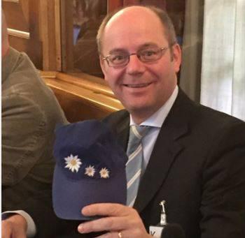 Kantonsrat Diego Bonato hat zwar kein Edelweiss-Hemd, dafür eine Schirmmütze mit den symbolträchtigen Blumen darauf.