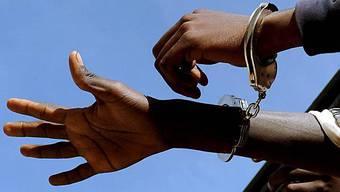 Der 30-jährige Nigerianer war tags zuvor wegen Verdachts auf Drogendelikte verhaftet worden. (Symbolbild)