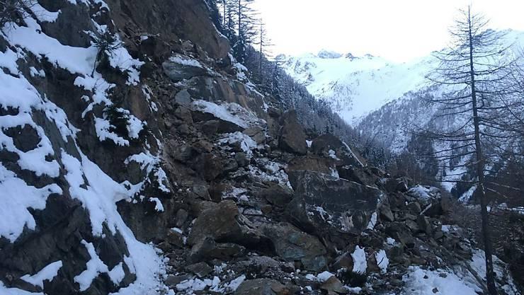 Ein Felssturz hat die Passstrasse über den Forclaz im Wallis verschüttet.