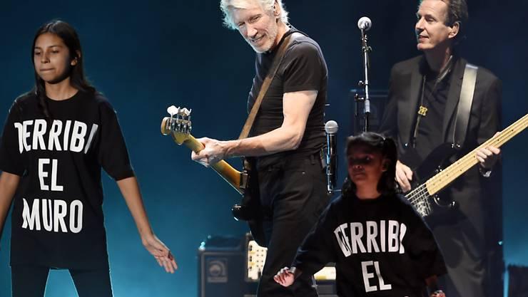 """Roger Waters auf dem Desert Trip-Festival mit Kindern beim Song """"Another Brick in the Wall"""". Die Aufschrift auf den T-Shirts, """"Derribe el muro"""" dürfte auf Donald Trumps Forderung anspielen, an der Grenze zu Mexiko eine Mauer zu errichten."""