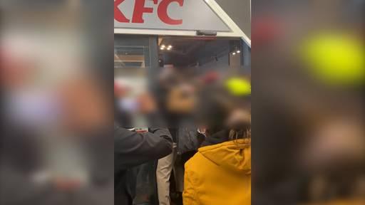 Um ein Jahr gratis KFC zu ergattern: Fans quetschen sich in neue Filiale