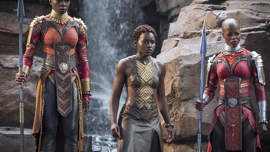 """Danai Gurira, Lupita Nyong'o und Florence Kasumba in einer Szene von """"Black Panther"""": Der Superheldenfilm überzeugt Kritiker und Fans."""