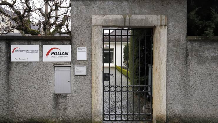 Das Bezirksgefängnis Arlesheim ist mit 31 Häftlingen voll belegt. Sämtliche Insassen warten auf einen Platz in einer ausserkantonalen Konkordatshaftanstalt, um dort ihre zum Teil mehrjährigen Haftstrafen abzusitzen.