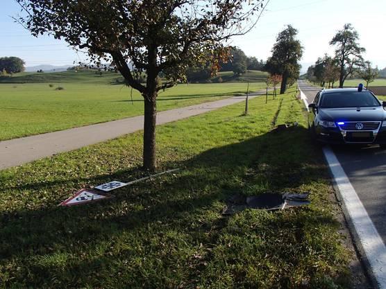 Ein Autofahrer kam zwischen Wohlenschwil und Mägenwil von der Strasse ab und kollidierte mit einem Grenzstein und einer Signaltafel.