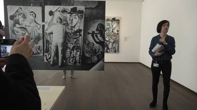 """Tipp6: 1967 war es, als die Basel Stimmberechtigten entschieden, zwei Bilder von Pablo Picasso für das Kunstmuseum Basel zu kaufen. Der Künstler war übrigens so beeindruckt, dass er dem Museum vier weitere schenkte: """"Das Wunder von Basel."""" Ehrfurchtsvoll erklärt sie den Zuschauern, dass hier die älteste, öffentliche Kunstsammlung der Welt untergebracht sei."""