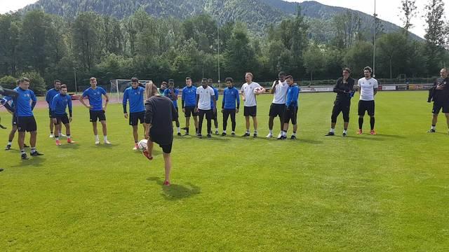 Fussball-Freestylerin Aylin Yaren war zu Gast im FCB-Trainingslager.