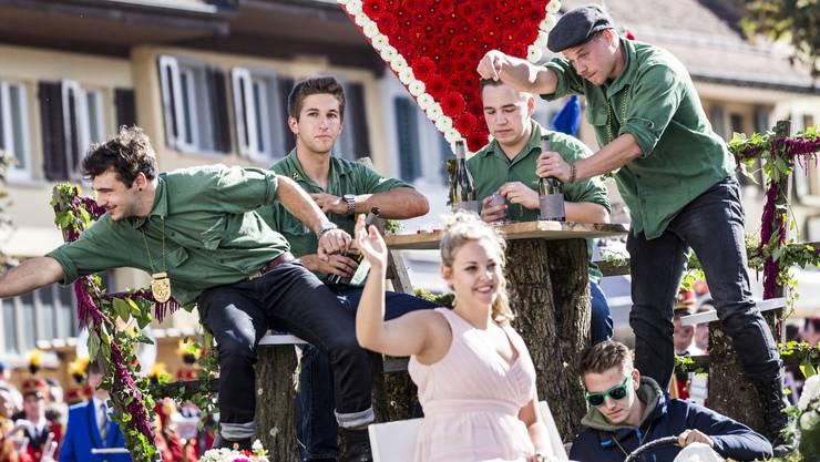 Der Winzerumzug am Sonntagnachmittag ist der Höhepunkt des Winzerfests. Umzugnummer 21 / L'Amour au Vignoble